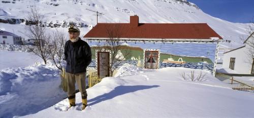 Ásgeir Emilsson fyrir framan heimili sitt. Ljósm. Sigurgeir Sigurjónsson.
